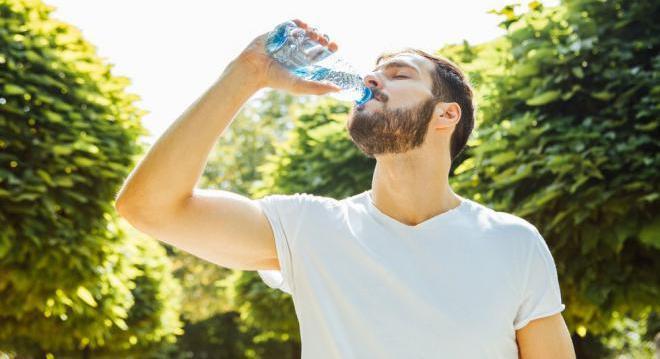 Питьевая вода увлажняет и подтягивает кожу